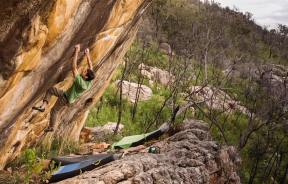 Bouldering Paul Robinson en The golden year 8a+ en Grampians, Australia