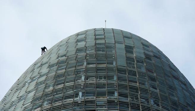 Alain Robert, El 'Spiderman francés' escala otra vez la Torre Agbar de Barcelona