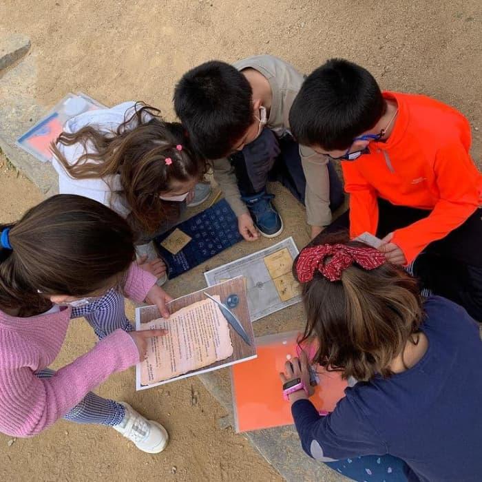 niños jugando en el cole