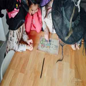 niños resolviendo acertijo