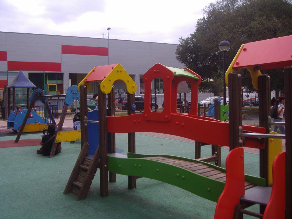 O Pasatempo de Betanzos y su parque infantil, con niños