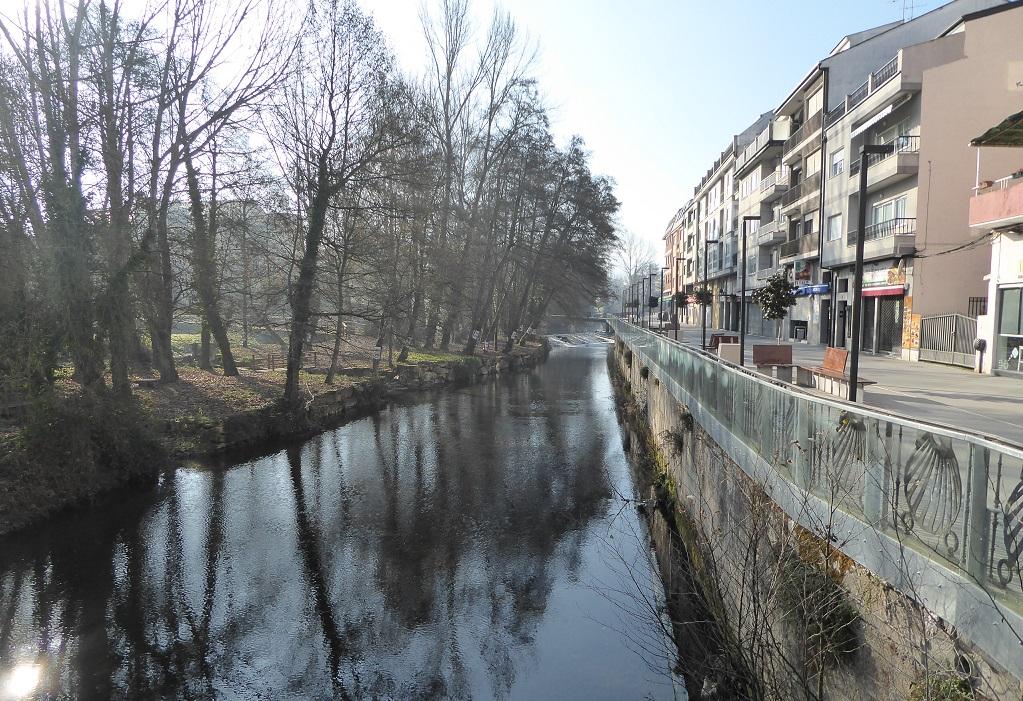 Sarria y su río, con niños