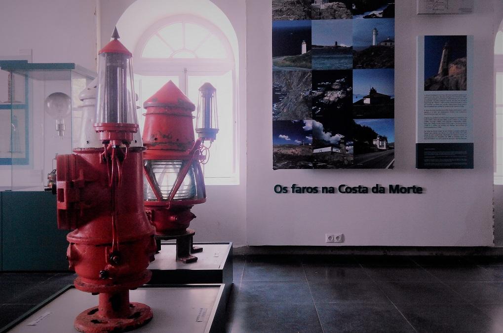 El faro de Cabo Vilán y su museo, con niños
