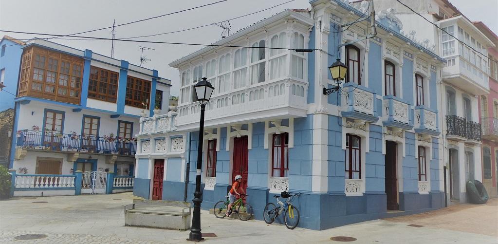 El pueblo marinero de Redes (A Coruña), con niños