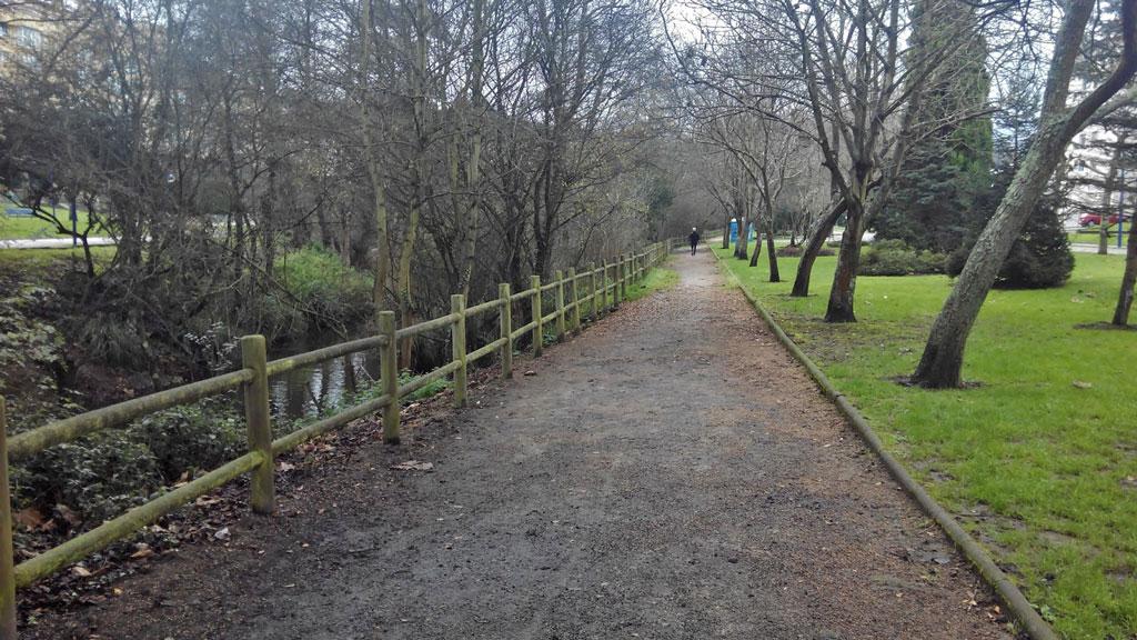 Paseo Fluvial de Acea de Ama y parques infantiles en O Burgo