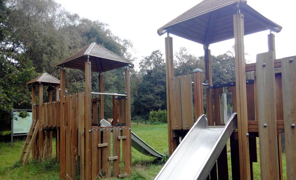 Parque infantil en Grixalba (Parque del Mandeo) con niños