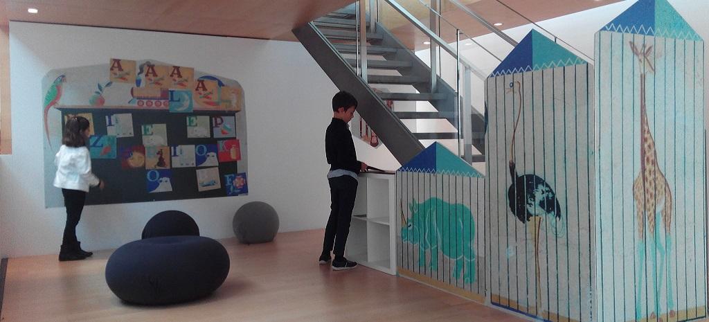 Visitando la expo: «Lugrís, paredes soñadas», con niños