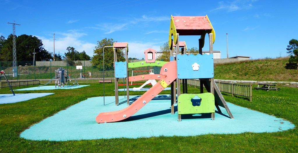 Un parque infantil en Mazaricos, con niños