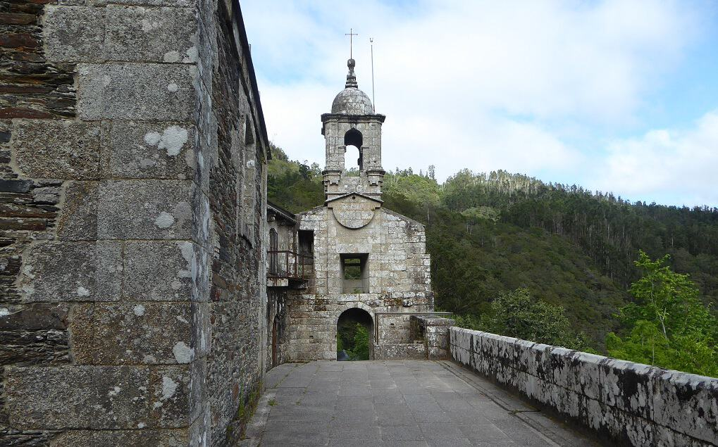 As Fragas do Eume con niños fachada de la iglesia y terraza al cañón