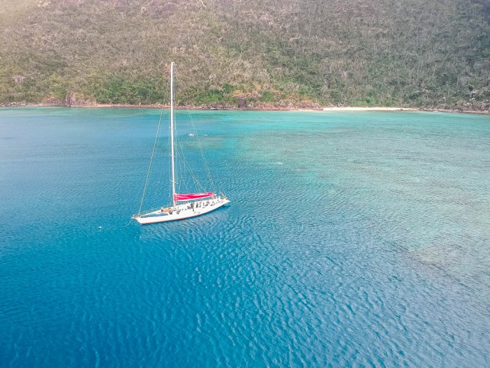 Are you looking to go on the best Whitsundays sailing tour? An overnight sailing trip around the Whitsundays is one of the top things to do in Australia on the East Coast. Take a look here to find out what to pack for a sailing trip around the Whitsundays as well as my top tips on where to book and which is the best Whitsundays tour for you. #australiaeastcoast #austrealibucketlist #whitsundays #packingtips #queenslandaustralia