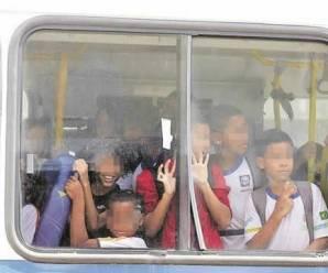 Pais denunciam ônibus levando até 200 crianças em transporte escolar gratuito