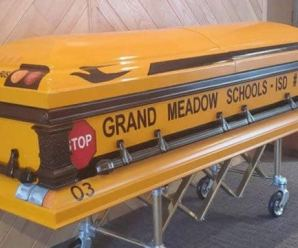 Após trabalhar por 55 anos, motorista pediu e é enterrado em 'ônibus escolar'