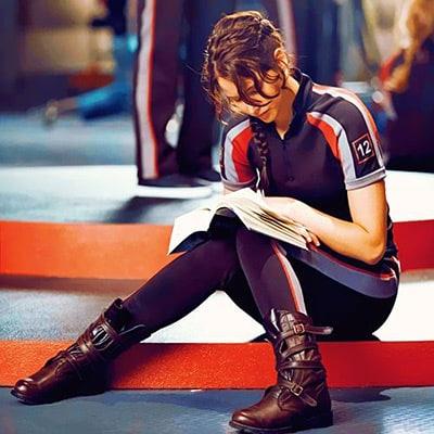 Garota lendo livro