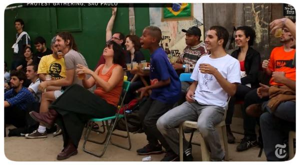 The New York Times filma manifestantes comemorando gol do Brasil.