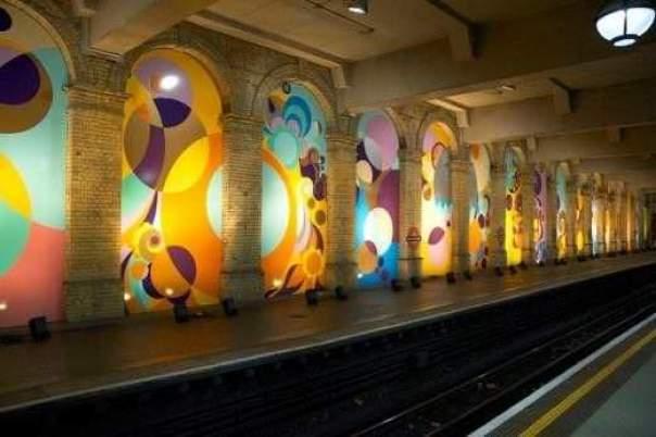 """Estação do Metrô de """"Glocester Street"""", Londres."""