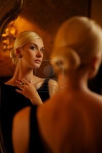 10994505-hermosa-mujer-reflejado-en-el-espejo-la-vendimia