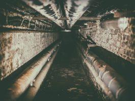 cañerías en un túnel