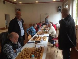 Noch wird an vier Brettern gekämpft. Auf der linken Seite von vorn nach hinten: Bernd Mühlinghaus, Yadollah Zargari, Udo König, josef Komeinda und Renè Niebergall