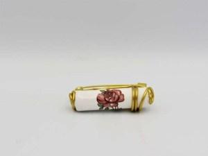 Χειροποίητη vintage καρφίτσα σε χρυσή απόχρωση με λευκό κεραμικό στοιχείο. Μέγεθος 5εκ.
