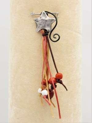 Χειροποίητη Καρφίτσα κρεμαστή με ασημί αστεράκι, κορδόνια και χάντρες. Περίπου 10-12εκ.