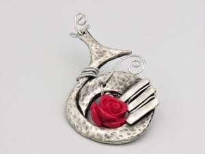 Χειροποίητη Ασημί καρφίτσα στρογγυλή με κόκκινο λουλούδι. Περίπου 6εκ.