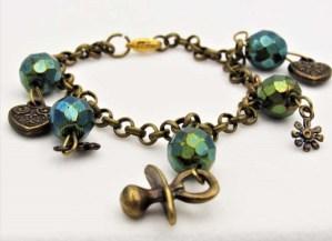 Χειροποίητο Βραχιόλι με χρυσή vintage αλυσίδα, κρεμαστά στοιχεία και κρυσταλλάκια.