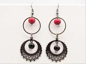 Χειροποίητα Σκουλαρίκια νίκελ vintage κύκλοι με κόκκινες χάντρες.