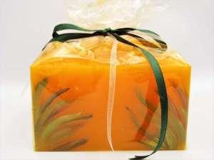 Χειροποίητο αρωματικό κερί κύβος πορτοκαλί ζωγραφική. Διαστάσεις 0,7εκ Χ 0,12εκ.