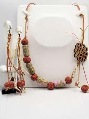 Χειροποίητο Σετ Κολιέ μακρύ και σκουλαρίκια από κεραμικές χάντρες γκρενά ροζ και ξύλινο στοιχείο.