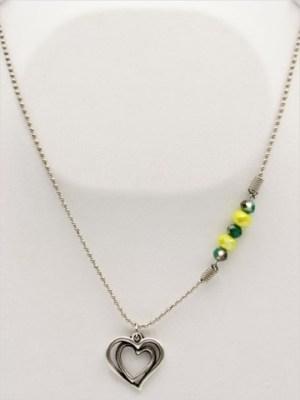 Χειροποίητο Κολιέ μακρύ με ασημί αλυσίδα και καρδιά με κίτρινα και πράσινα κρυσταλλάκια.