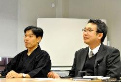 [I] El maestro de Ninjutsu Sr. Jinichi Kawakami. [D] Sr. Katsuya Yoshimaru, Ph.D., profesor asociado de la Universidad de Mie.