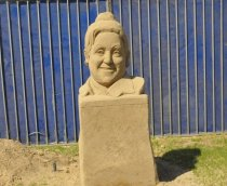 adile-nasit-kum-heykel