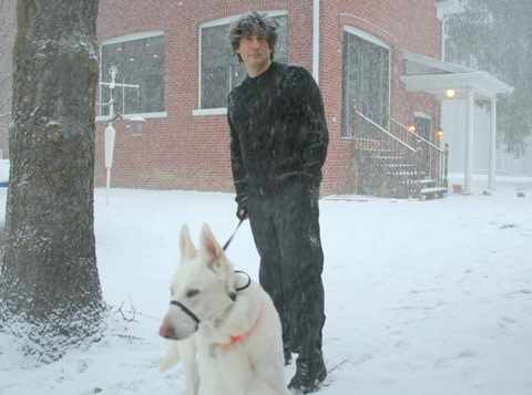 Neil-Gaiman-hanging-out-with-his-dog-Cabal-in-a-snowstorm