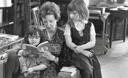 Madeleine-LEngle-reads-to-her-granddaughters
