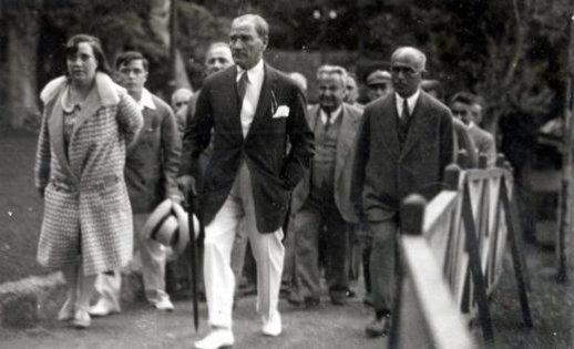 Mustafa-Kemal-Ataturk-Florya-ya-giderken