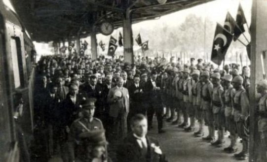 Mustafa-Kemal-Ataturk-un-Ankara-Tren-Gari-nda-karsilanmasi-3