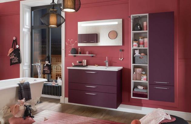 violet dans la salle de bain