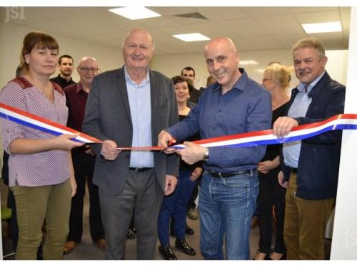 Didier Pinton au centre a inauguré ses bureaux en presence de Roger Moreau, maire de Sance