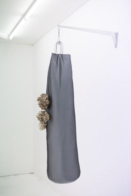 Marie Matusz, Hydratation et performance, 2017, tissu en polyester, pleurotus oastrtus substrat, pleurote grises