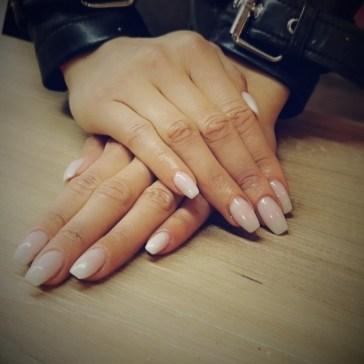 mains avec des ongles en résine à toulouse