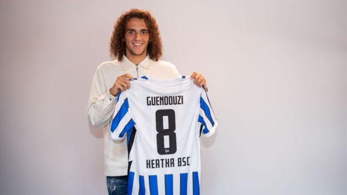 Mattéo Guendouzi posando con la camiseta del Hertha de Berlin