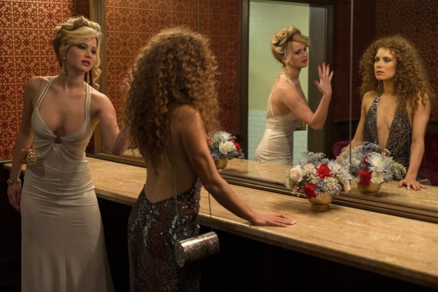 Jennifer Lawrence e Amy Adams no filme Golpada Americana