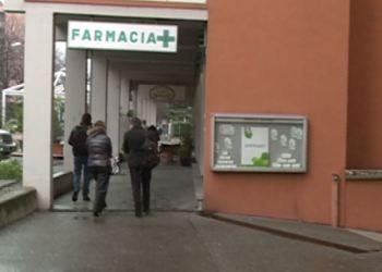 Persone camminano nei pressi di una farmacia in Ticino