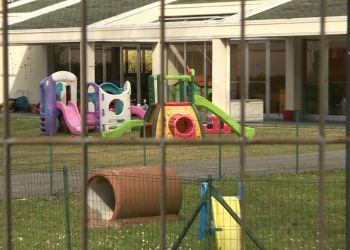 Dei giochi per bambini in un asilo nido chiuso