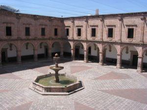 Patio principal del antiguo Colegio de San Francisco Xavier, de la Compañía de Jesús, hoy en día Centro Cultural Clavijero, conocido como Palacio Clavijero en Morelia.