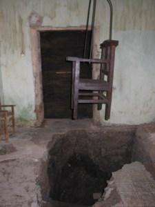Allende 440. Debajo de la silla, que era parte de una exposición de la Santa Inquisición y sus intrumentos de tortura, se ve un arco que conectaba con una infraestructura subterránea.