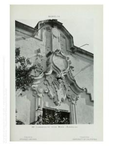 Lambrequín sobre la puerta del cuartel. Actual entrada sur del Museo de Justicia.