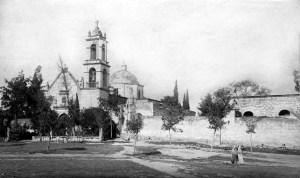 Templo de San Juan y plaza al frente