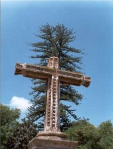 Cruz al norte del templo, en el Jardín Antonio de Lisboa
