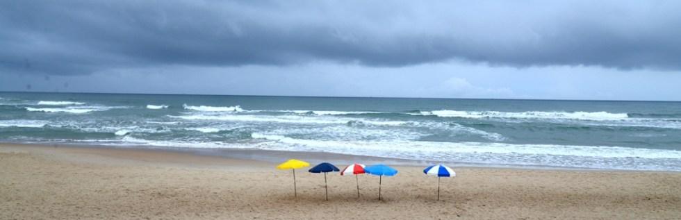 Praia brasileira com guarda-sóis